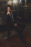 Ein junger Mann in einem klassischen Anzug und in einer Bindung lizenzfreies stockfoto