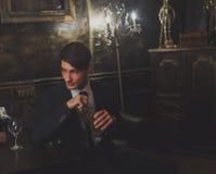 Ein junger Mann in einem klassischen Anzug und in einer Bindung lizenzfreie stockfotografie