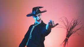 Ein junger Mann in einem Zombiehalloween-Kostüm, Blick auf die Kamera und Lächeln ominös 4k, Zeitlupe stock video