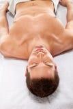 Ein junger Mann ist in der Badekurortmitte entspannend Stockbilder