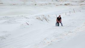 Ein junger Mann läuft die Wüste mit einem Kanister des Benzins auf der Suche nach Brennstoff durch stock video footage