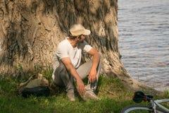Ein junger Mann mit einem Fahrrad in der Natur Stockfoto