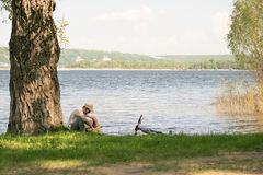 Ein junger Mann mit einem Fahrrad in der Natur Lizenzfreie Stockbilder
