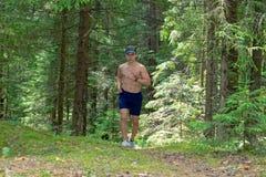 Ein junger Mann mit einem muskulösen bloßen Kasten stockbilder