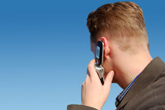 Ein junger Mann mit einem Telefon Lizenzfreies Stockfoto