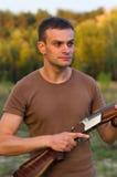 Ein junger Mann mit einer Gewehr Stockbilder