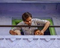 Ein junger Mann mit seinen Kindern am ländlichen Haus stockbild