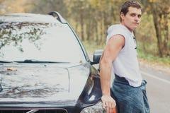 Ein junger Mann nahe dem Auto lizenzfreie stockbilder