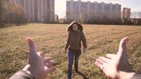 Ein junger Mann nimmt sein schönes und lächelndes Mädchen ist Hände stock video
