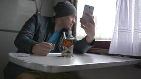 Ein junger Mann reist auf einen Zug stock footage