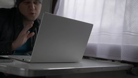 Ein junger Mann steht durch Videoanruf im Zug in Verbindung stock video