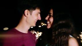 Ein junger Mann und eine Frau, die Spaß in der Nacht haben stock video footage
