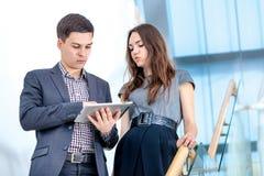 Ein junger Mann und eine junge Frau, die auf der Treppe stehen Stockfotografie