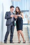 Ein junger Mann und eine junge Frau, die auf der Treppe stehen Lizenzfreie Stockfotos