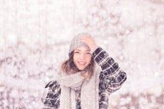 Ein junger netter lächelnder Frauenwinter kleidet Hut stockfotos