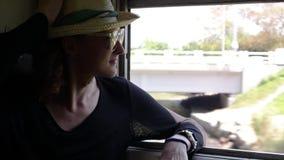Ein junger netter Mann reist mit dem Zug in Sri Lanka stock video footage