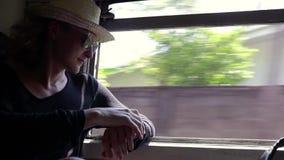 Ein junger netter Mann reist mit dem Zug in Sri Lanka stock video