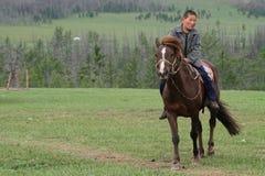 Ein junger Reiter in der mongolischen Steppe Stockbild