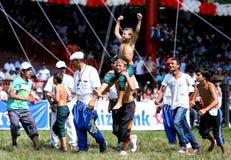 Ein junger Ringkämpfer feiert, nachdem er seine Abteilung am türkisches Öl-ringend Festival Kirkpinar in Edirne in der Türkei gew Stockbild