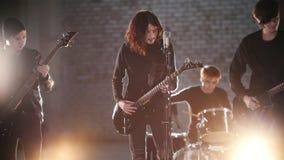 Ein junger Rockband, der eine Wiederholung in den hellen Lichtern hat stock video