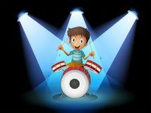 Ein junger Schlagzeuger mitten in dem Stadium stock abbildung