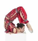 Ein junger Schlangenmensch, Zirkusausführender in einer roten Klage Stockbild