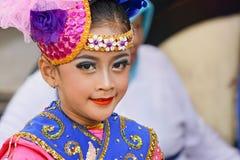 Ein junger Tänzer ist zur Ausführung am Stadium bereit stockfotografie