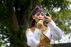 Ein junger Tänzer trägt Make-up lizenzfreie stockbilder