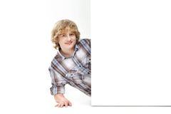 Ein junger teenge Junge nahe einer weißen schwarzen Fahne Stockbilder