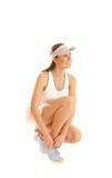 Ein junger und glücklicher blonder weiblicher Tennisspieler Lizenzfreies Stockfoto