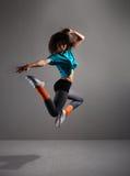 Ein junger und sportlicher Brunettetänzer in der Bewegung Lizenzfreies Stockfoto