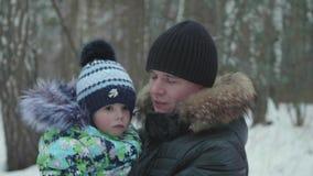 Ein junger Vater hält sein Kind in seinen Armen Weichheit und Umarmung des geliebten Vaters stock footage