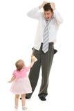 Ein junger Vater mit einem Schätzchen lizenzfreie stockbilder