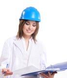 Ein junger weiblicher Ingenieur in einer blauen Schutzkappe Stockbilder