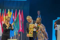 Ein junger Weltgipfel bei Den Haag City The Netherlands 2018 John Major Gets ein Geschenk stockbilder