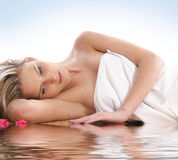 Ein junges blondes hat eine Badekurortbehandlungprozedur Stockbild