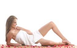 Ein junges blondes hat eine Badekurortbehandlungprozedur Lizenzfreies Stockfoto