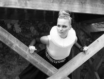 Ein junges blondes Mädchen gekleidet in der Retro- Art Stockfoto