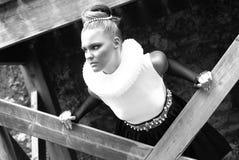 Ein junges blondes Mädchen kleidete in der Retro- Art an Lizenzfreie Stockfotografie