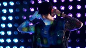 Ein junges frisches gegenübergestelltes DJ setzt an eine schwarze Kappe stock footage