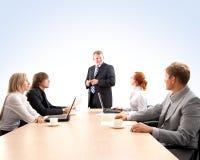 Ein junges Geschäftsteam bei einer Sitzung Lizenzfreies Stockbild