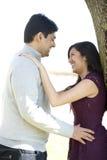 Ein junges glückliches indisches Paar lizenzfreies stockbild
