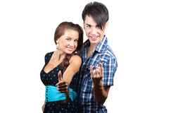 Ein junges glückliches Paar, das sich Daumen zeigt. Stockfotos