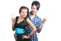 Ein junges glückliches Paar, das sich Daumen zeigt. Stockbild