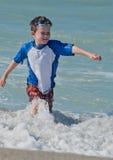 Ein junges Jungenspritzen Stockbilder