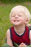Ein junges Kleinkind lächelt groß im Yard lizenzfreie stockfotos