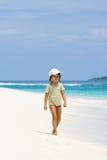 Ein junges Mädchen, das auf den Strand geht Lizenzfreies Stockbild