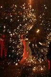 Ein junges Mädchen, das an der Feuershow durchführt Stockbild