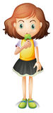 Ein junges Mädchen, das eine Eiscreme isst Lizenzfreie Stockbilder