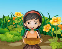 Ein junges Mädchen, das einen leeren Korb am Garten hält Stockbild